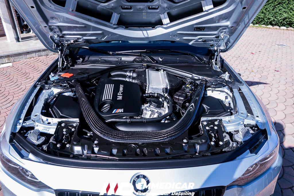 BMW M4, vano motore car detailing