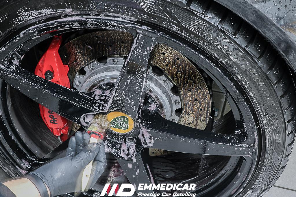 lavaggio cerchi auto, car detailing torino, lucidatura auto, centro detailing torino, iron remover, decontaminazione,