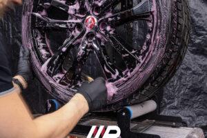 decontaminazione cerchi con iron remover su Jaguar F-Type